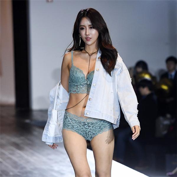 [포토] 레이싱모델 유다연, '속옷모델로 런웨이 서요~'