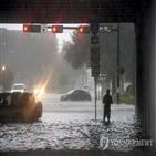 휴스턴,텍사스주,피해,남성,폭우,대피,인근,구조