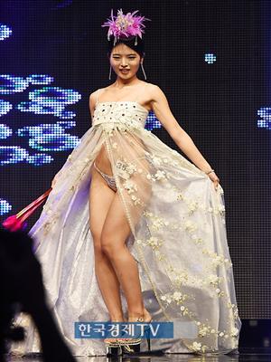 [포토]`머슬마니아 세계대회` 박성화, 한복과 비키니의 조화