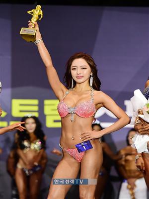 [포토]우승연 `맥스큐 모델 어워즈 금빛 트로피, 번쩍!`