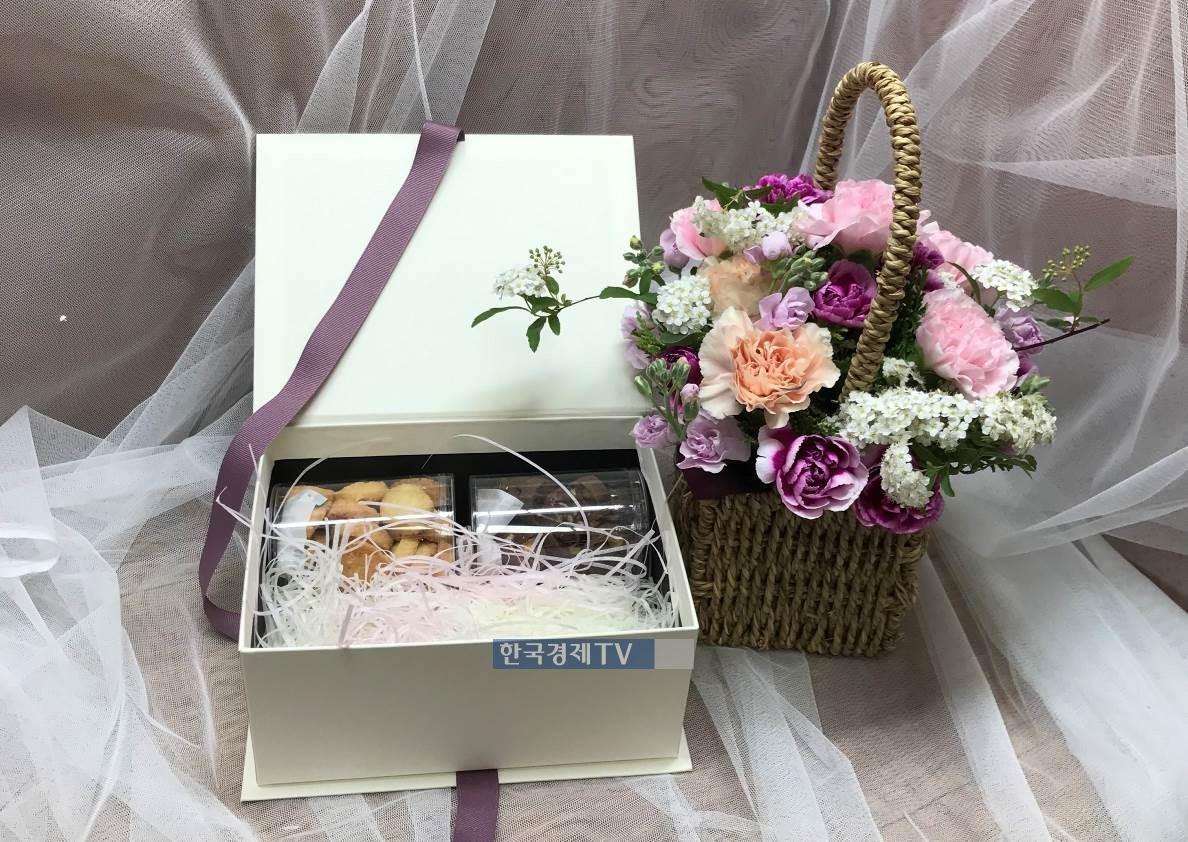 한화건설이 해외에서 근무 중인 임직원들의 가족에게 전달한 카네이션 꽃바구니 및 선물세트. 사진제공=한화건설.