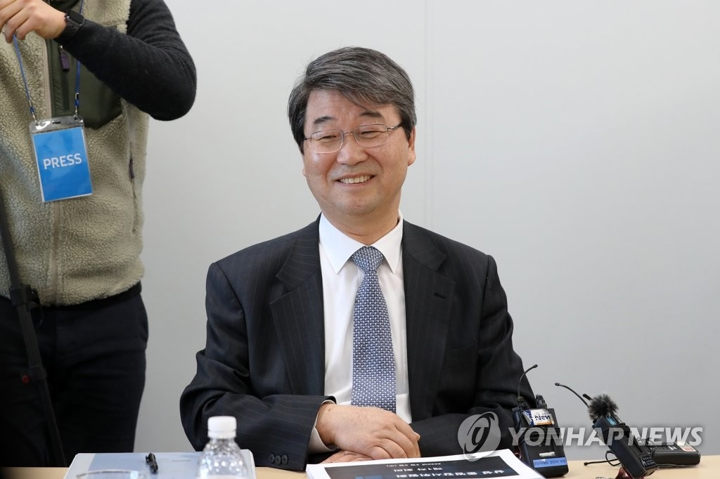 삼성 준법감시위원회 첫 회의에서 김지형 위원장이 웃음짓고 있다. 2020.2.5