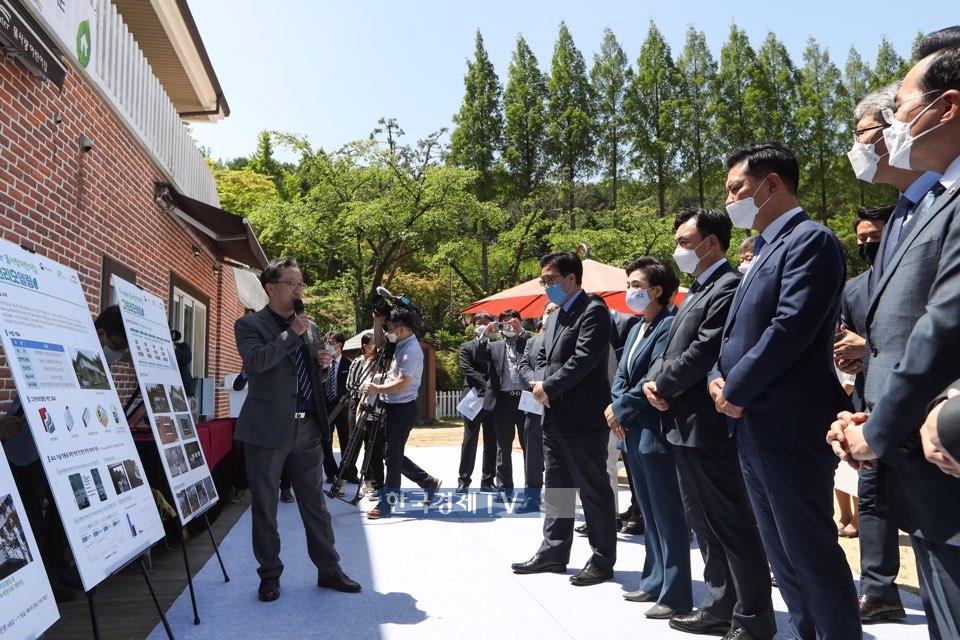 김현미 국토부 장관을 비롯한 관계자들이 그린리모델링 사업 현장을 찾아 설명을 듣고 있다. 사진제공=국토교통부.