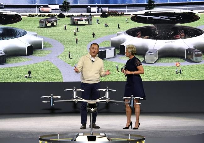 정의선 현대그룹 수석부회장이 CES2020 현장에서 UAM(Urban Air Mobility)에 대해 설명하고 있다.