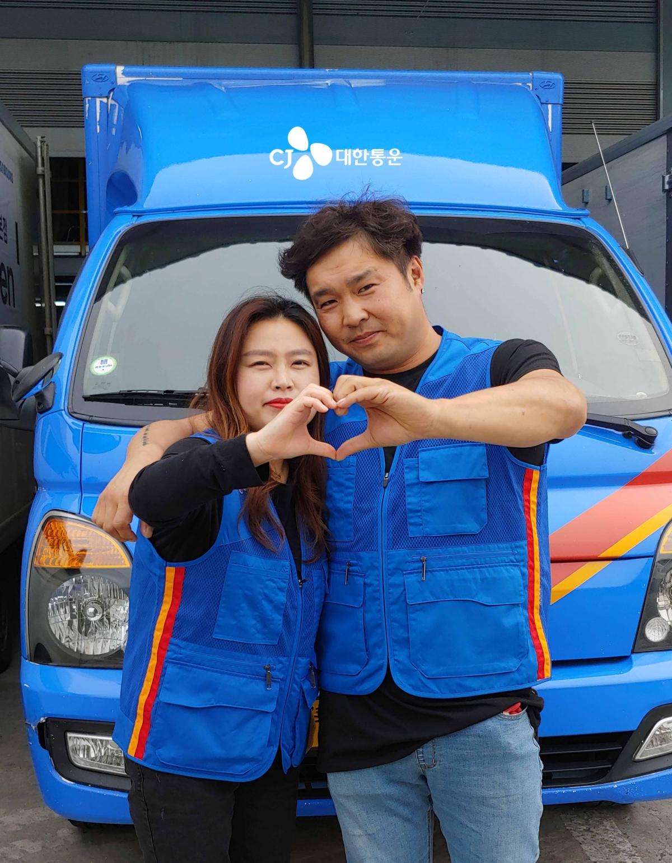 [사진] 경기도 광주에서 함께 택배일을 하고 있는 최한민(남편), 장민숙(아내) 부부