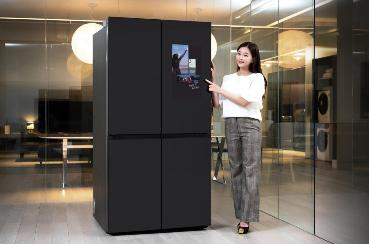 삼성전자 모델이 수원 삼성전자 디지털시티 프리미엄하우스에서 패밀리허브가 적용된 비스포크 냉장고 신제품을 소개하고 있다.