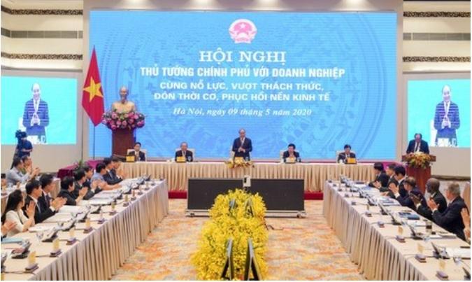 응웬 쑤언 푹(Nguyen Xuan Phuc) 베트남 총리가 9일 하노이에서 공무원 및 국내외 기업인들이 모인 자리에서 경제회복 방안을 설명하고 있다. 출처: bizhub