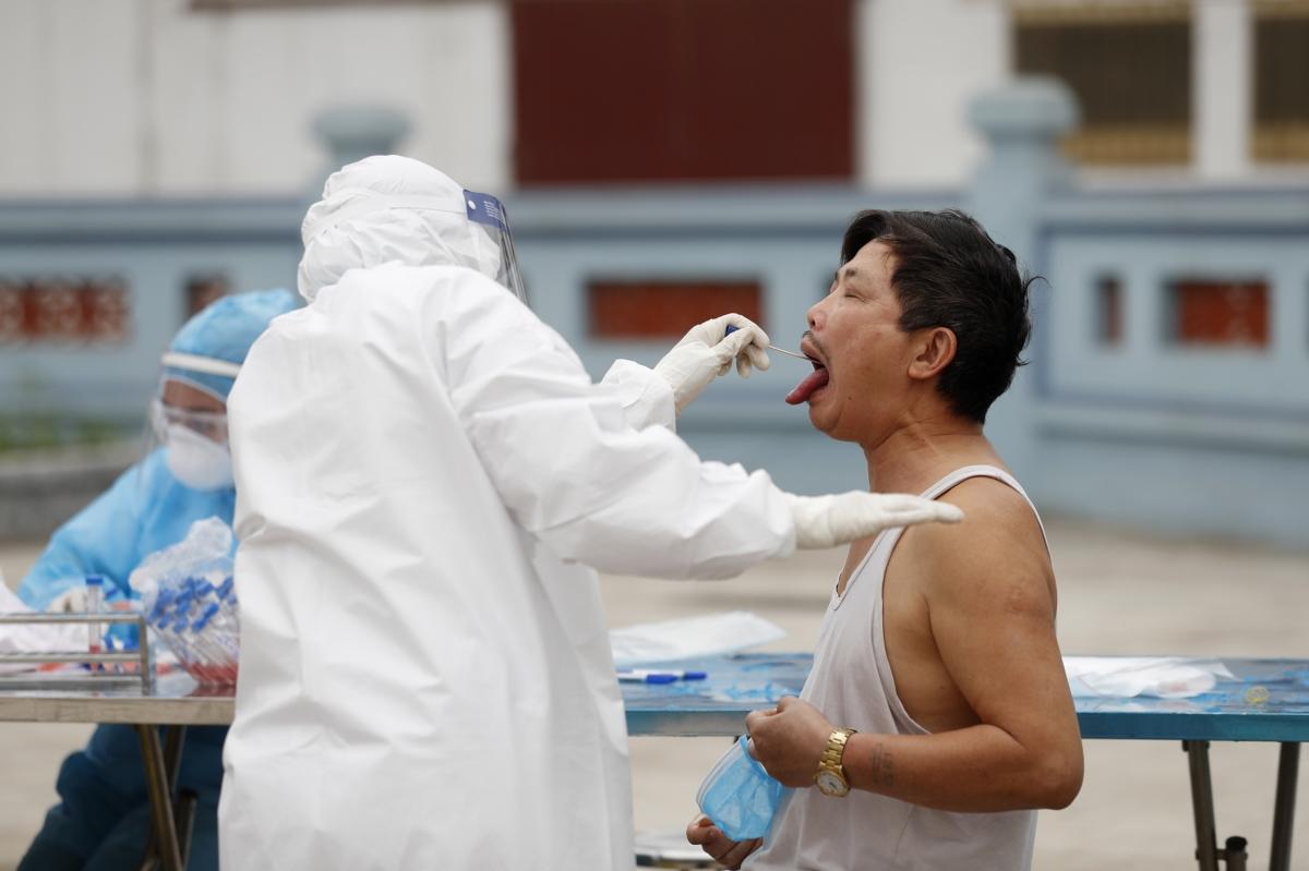 베트남 의료진이 지역민들의 코로나 확진 여부를 진단하고 있다. 베트남은 진단키트를 개발해 코로나 19 진단을 신속하게 실행할 수 있었다