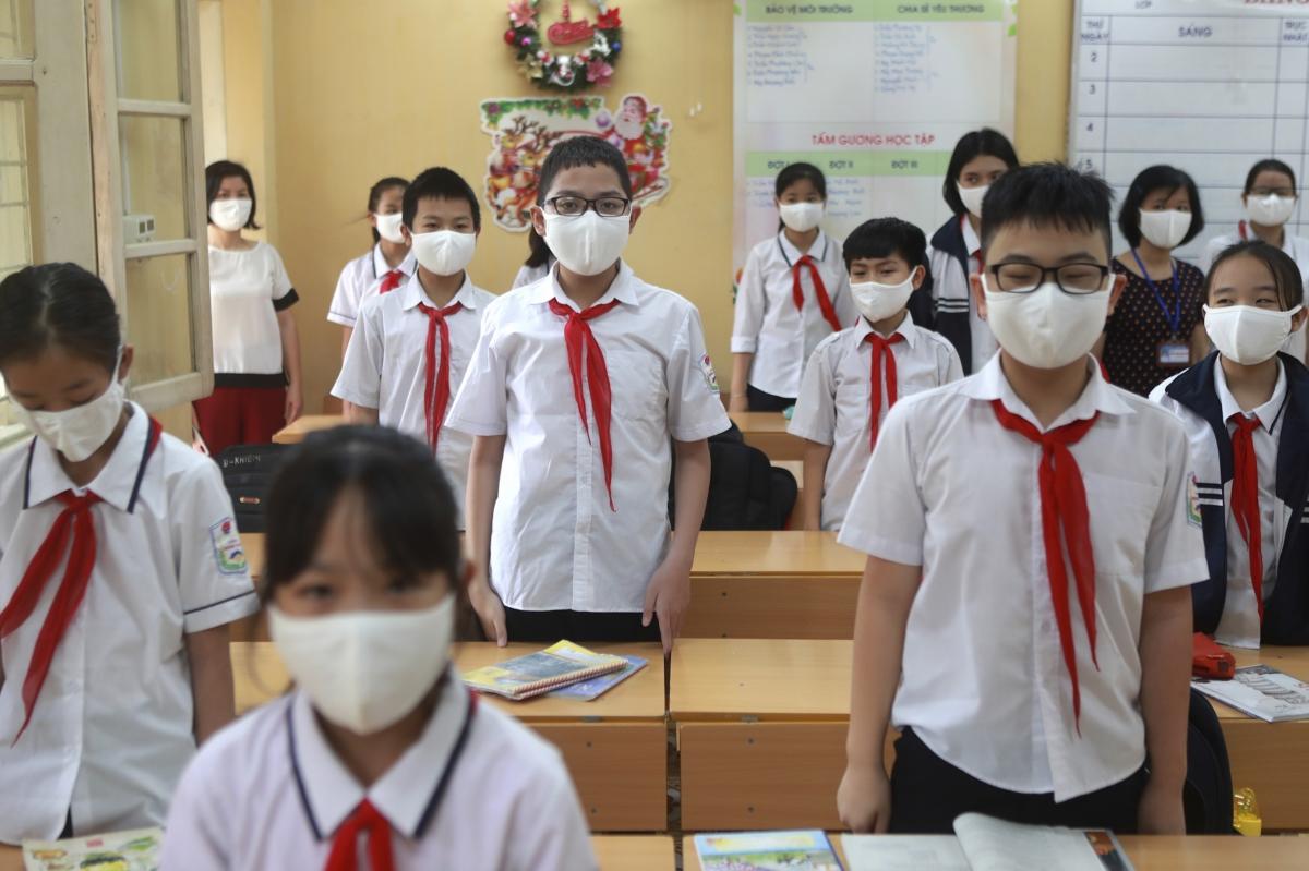 코로나 19 사태로 진행된 3달간의 온라인 학습기간을 마치고 수업을 재개한 5월4일 하노이 초등학교 모습. 학생들과 선생님이 모두 마스크를 착용한 채 수업 시작에 앞서 국가를 부르고 있다.