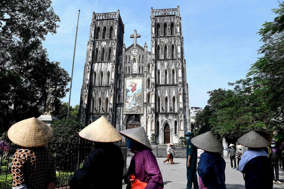 하노이 성 요셉 성당 주변. 사회적 격리가 해제되고 관광이 허용됐지만 일부 내국인들 외에 외국관광객들은 한 명도 찾아볼 수가 없다