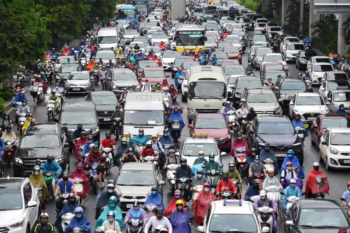 사회적 격리 및 회사 재택근무가 해제되면서 하노이 시민들이 아침 출근길에 나서고 있다. 5월12일 하노이 아침 출근길 풍경