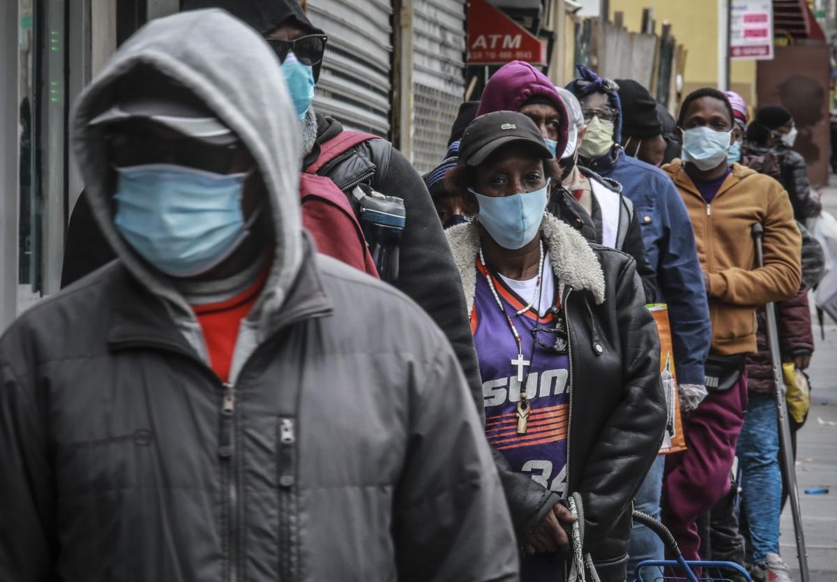 코로나 19 팬데믹 확산으로 미국 뉴욕 시민들이 모두 마스크를 쓰고 있다