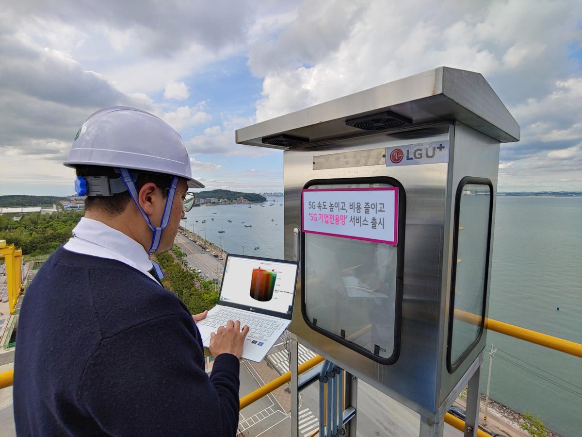 LG유플러스 관계자가 충남 당진에 위치한 GS EPS 공장에서 5G 기업전용망 서비스를 통한 레벨센서 함체를 점검하는 모습.