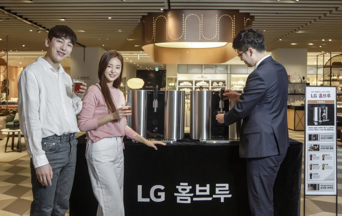 모델들이 지난 15일 신세계백화점 명동본점에서 `LG 홈브루` 시음행사를 참여하고 있다.