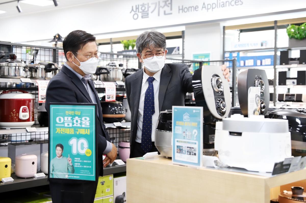 김창섭 한국에너지공단 이사장(오른쪽)이 지난 3월 30일 서울 롯데하이마트 영등포구청역점을 찾아 관계자와 으뜸효율 가전제품 환급사업에 대해 얘기하고 있다.
