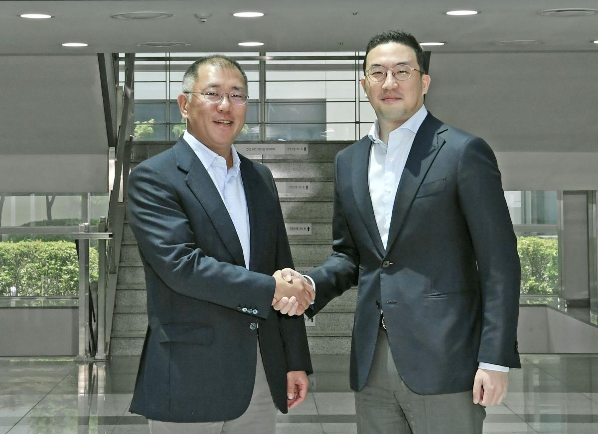 정의선 현대차그룹 수석부회장(사진 왼쪽)과 구광모 (주)LG 대표가 22일 충북 청주시 LG화학 오창공장에서 만나 악수하고 있다.