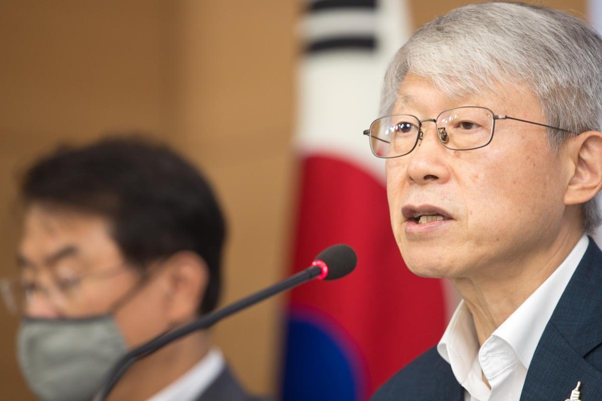 최기영 장관이 15일 정부서울청사에서 `디지털 뉴딜, 코로나 이후 디지털 대전환 선도` 관련 브리핑을 하고 있다.