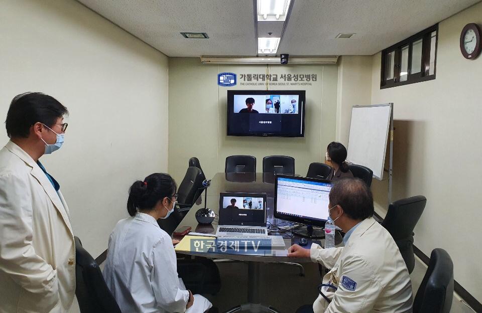 서울성모병원의료진이 원격 의료상담을 진행하고 있는 모습. 사진제공=현대건설.
