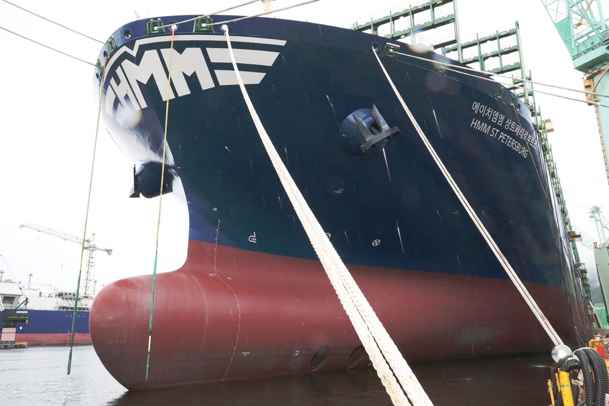 HMM에 인도되는 2만4천TEU급 컨테이너선 12척 중 마지막 선박인 `상트페테르부르크` 호의 선수 (사진제공: HMM)
