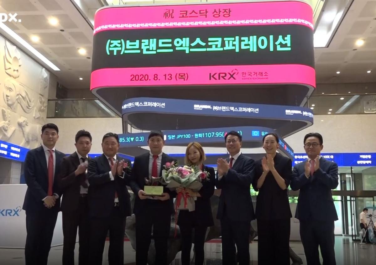 (8월 13일 브랜드엑스코퍼레이션 상장식, 왼쪽에서 네번째부터 강민준, 이수연 공동대표. 출처:한국거래소)