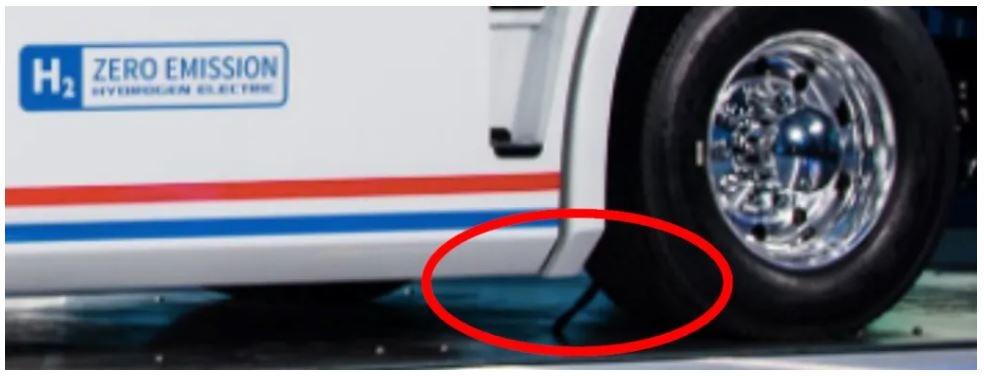`니콜라 원` 전시물에 꽂힌 케이블. 힌덴버그 리서치 측은 이를 전원 공급을 위한 별도 케이블이라고 주장했다. 출처: 힌덴버그 리서치 화면 캡처