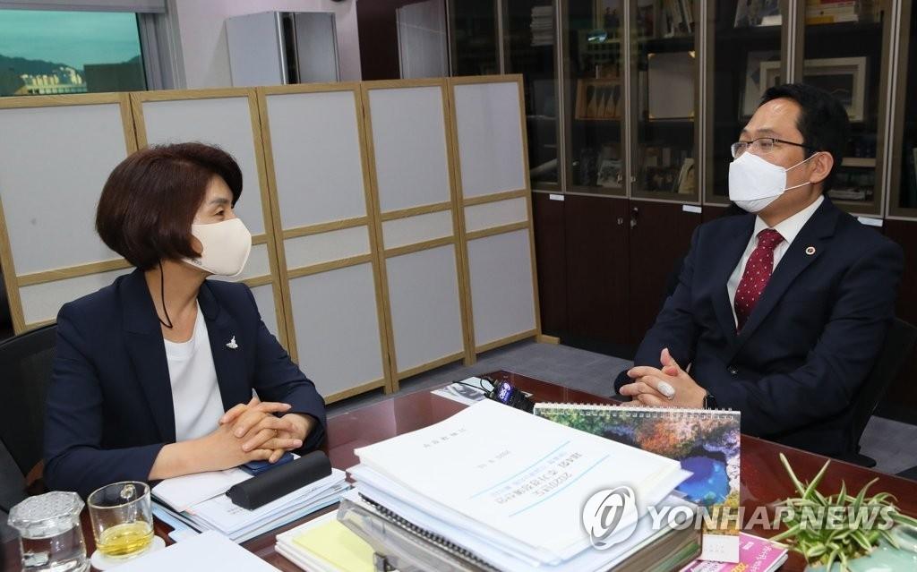 민주당 한정애 정책위의장, 최대집 의협회장 (사진=연합뉴스)