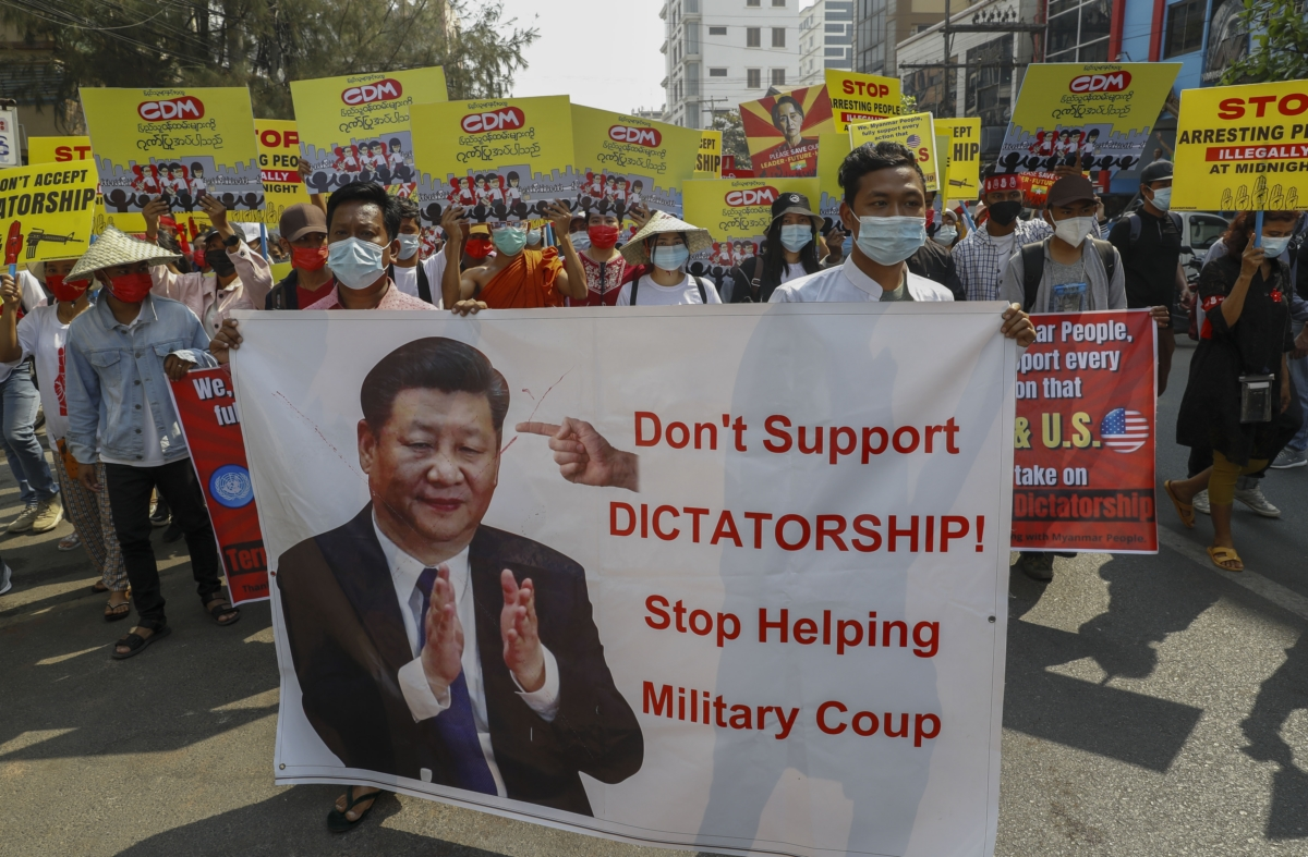 미얀마 제2의 도시 만달레이에서 시위대가 시진핑 중국 국가주석 사진을 들고 쿠데타에 대한 중국의 지원 중단을 촉구하고 있다. 미얀마 주요 무기 공급처 및 투자자 역할을 해온 중국은 미얀마 군부 `배후세력`이라는 의심을 받고 있다.