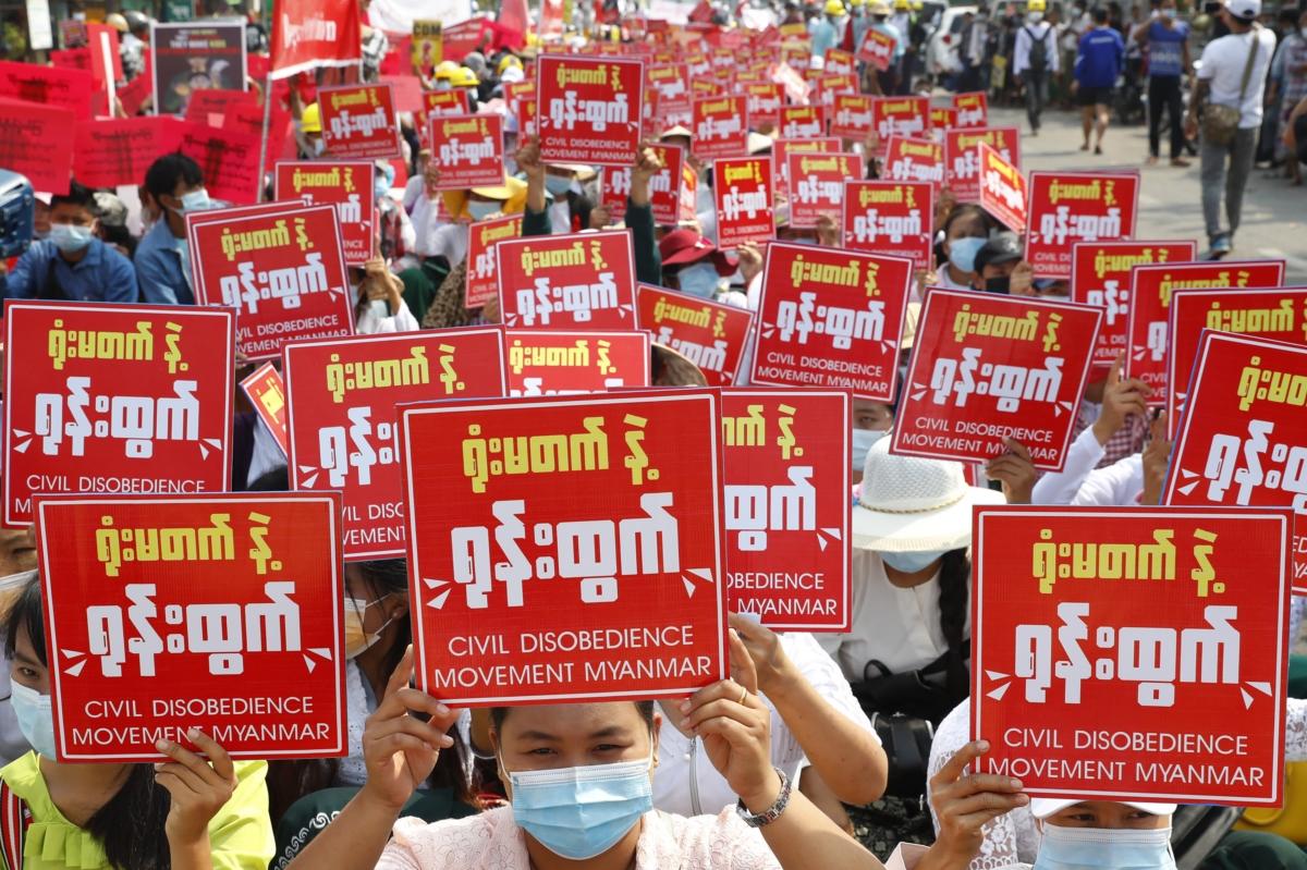 현지시간 19일 미얀마 시위대는 `시민 불복종 운동`을 촉구하는 팻말을 들고 쿠데타를 규탄하고 있다.