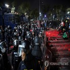 시위대,경찰,모독죄,왕실,충돌,시위,반정부