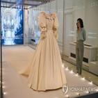 다이애나비,드레스,전시회,결혼식,공개