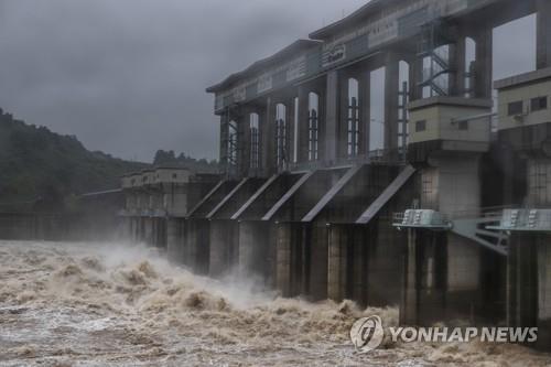 임진강물 쏟아내는 군남댐 (사진=연합뉴스)