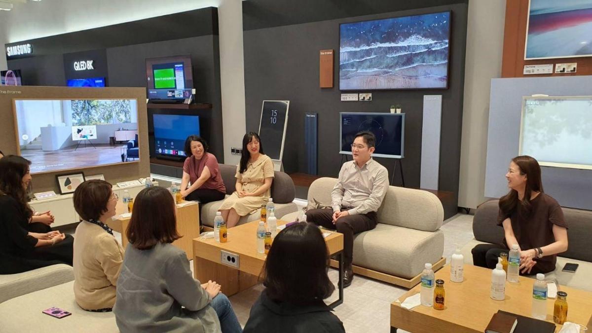 이재용 부회장이 6일 삼성전자 수원사업장에서 여성 임직원들과 간담회를 갖고 의견을 나누는 모습