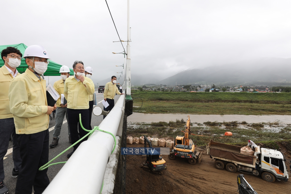 손명수 국토교통부 2차관이 수해복구현장을 찾아 관계자로부터 보고를 받고 있다. 사진제공=국토교통부.