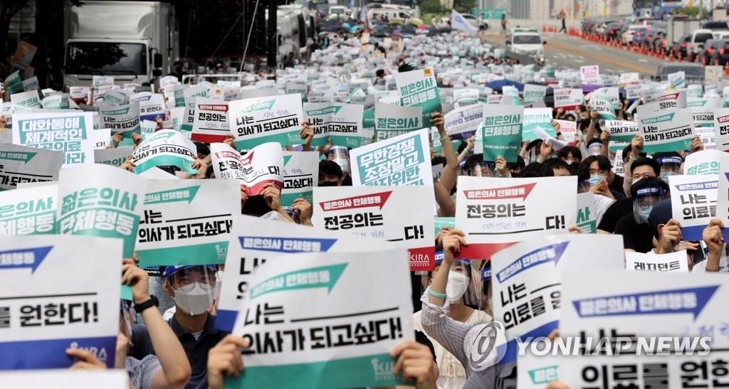지난 7일 서울 여의도공원 입구에서 단체행동을 하고 있는 대한전공의협의회 관계 학생들 (사진=연합뉴스)