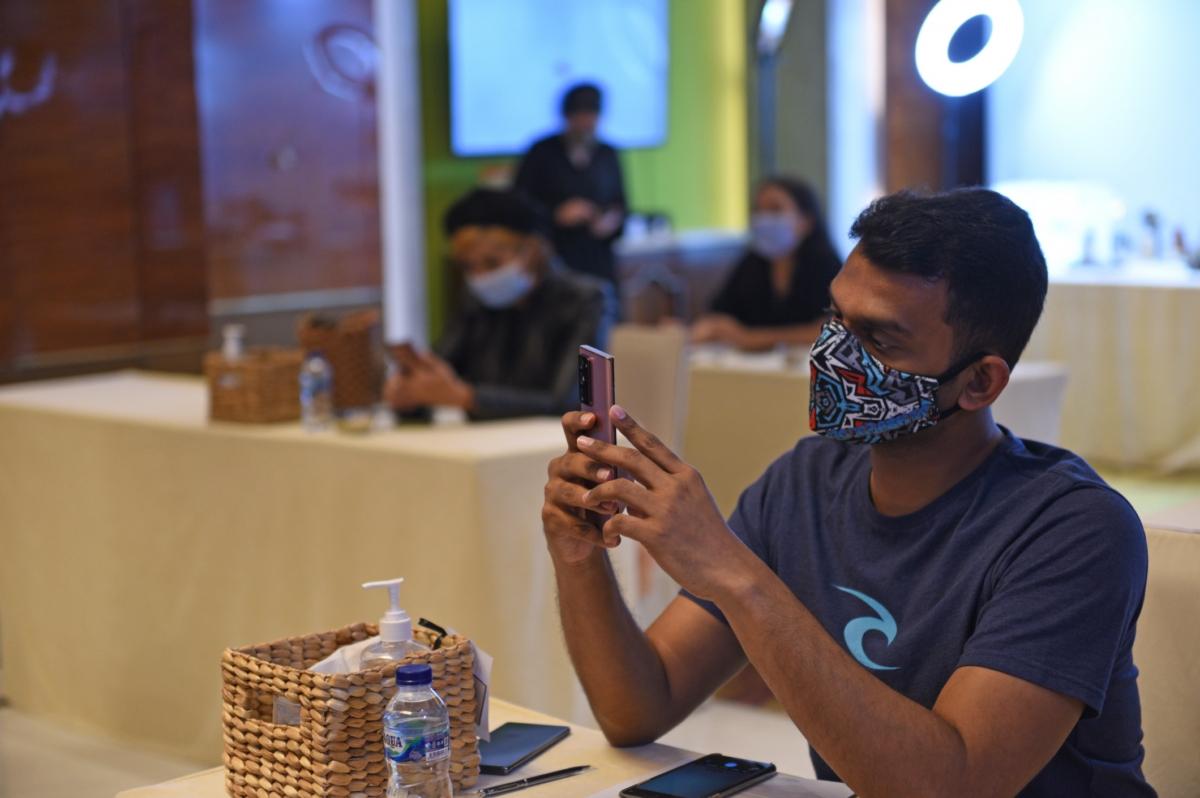 지난 8월 18일 인도네시아 자카르타에서 열린 `갤럭시 노트20` 출시 행사에 참석한 현지 기자들이 제품을 체험하고 있는 모습.