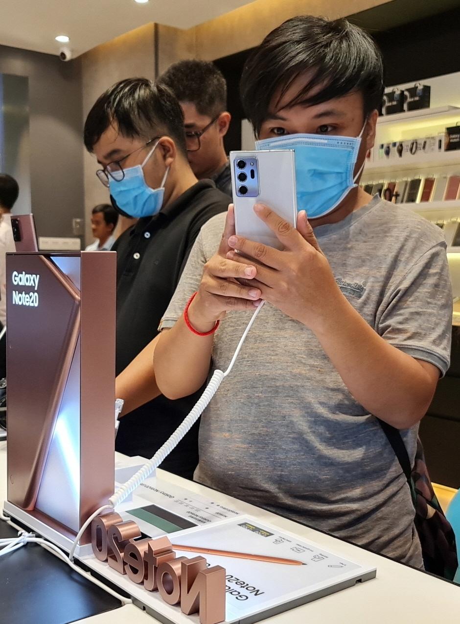 지난 8월 6일 캄보디아 프놈펜에서 열린 `갤럭시 노트20` 현지 출시 행사 참석자들이 제품을 체험하고 있는 모습.