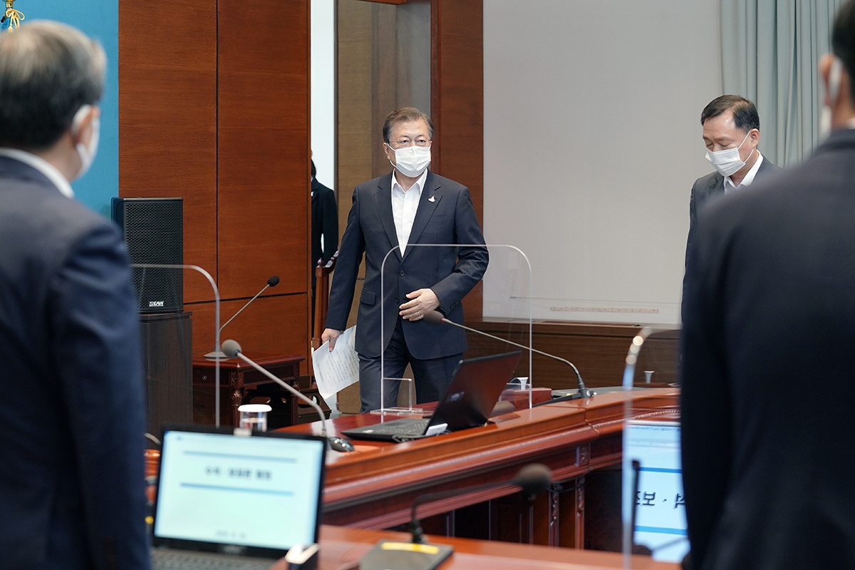문 대통령이 24일 수석·보좌관회의를 주재하기 위해 들어오고 있다(청와대 제공)