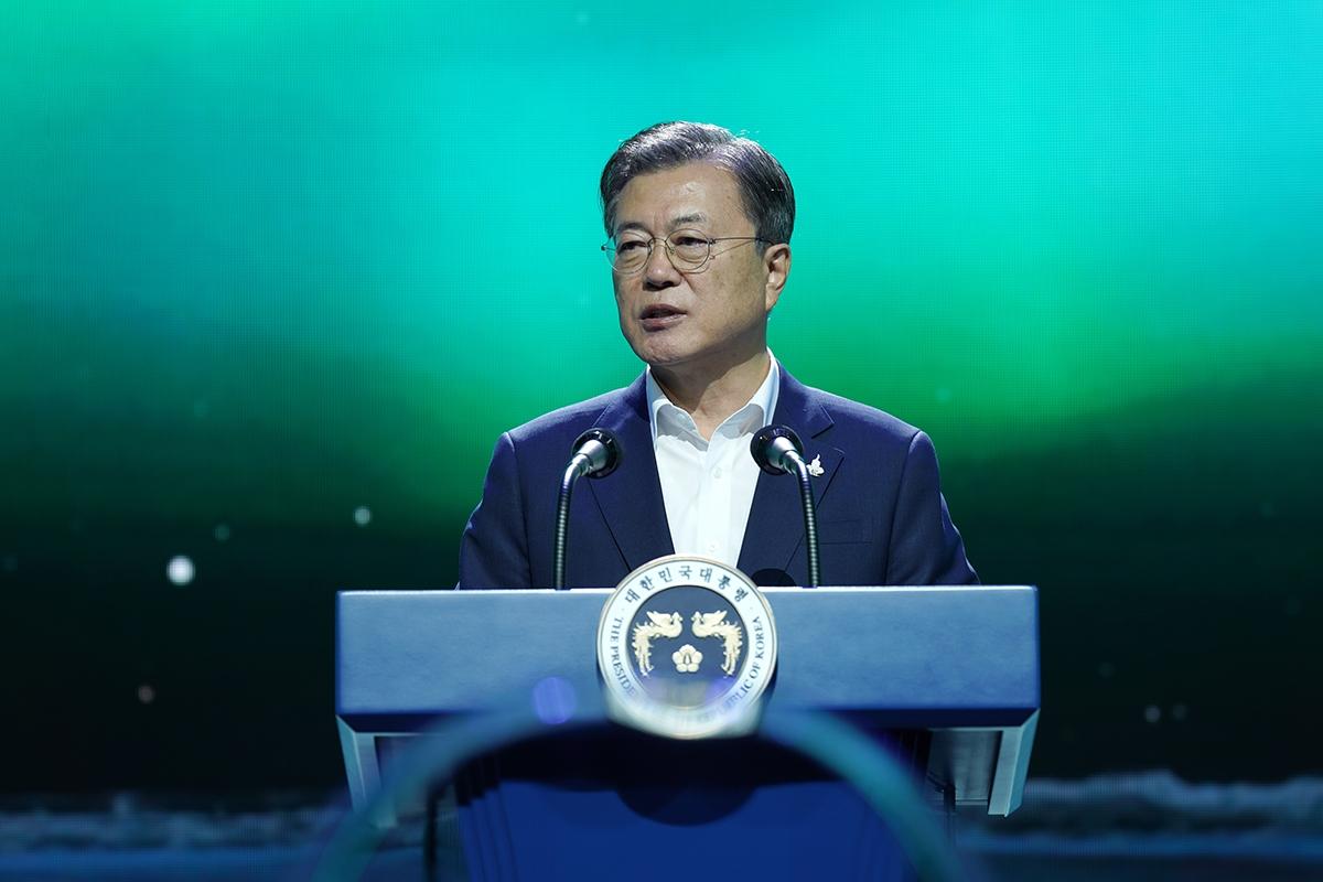 문 대통령이 24일 경기도 김포 `캠프원`에서 `디지털 뉴딜 문화콘텐츠산업 전략 보고회`를 주재하고 있다(청와대 제공)