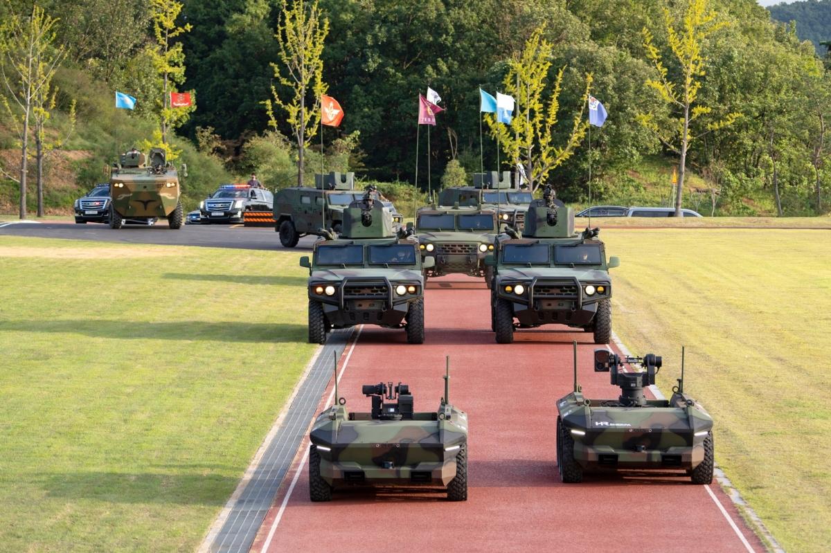 24일 HR-Sherpa와 차륜형장갑차가 경기도 이천시 특수전사령부에서 제72주년 국군의 날 기념행사 대비 사전 연습을 하고 있다.