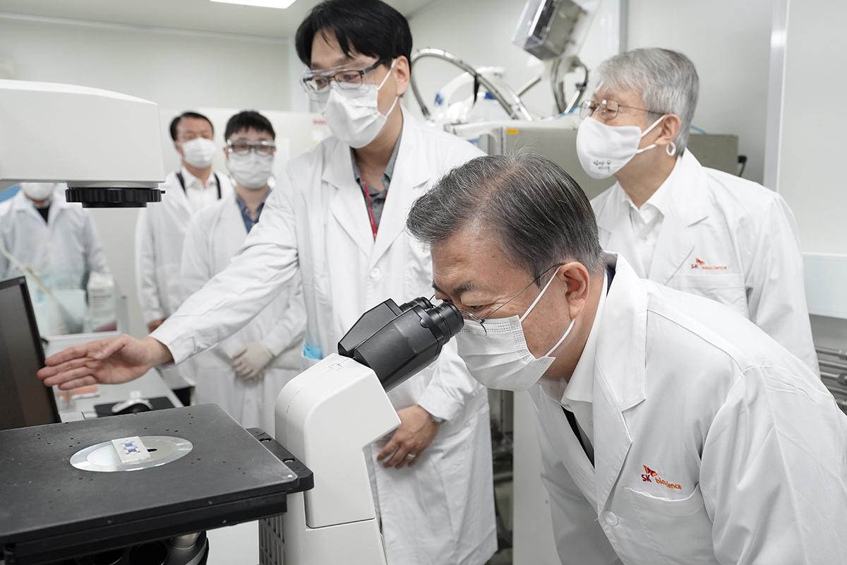 문 대통령이 15일 경기 분당의 SK바이오사이언스를 찾아 코로나19 백신·치료제 개발 연구진을 격려했다. (청와대 제공)