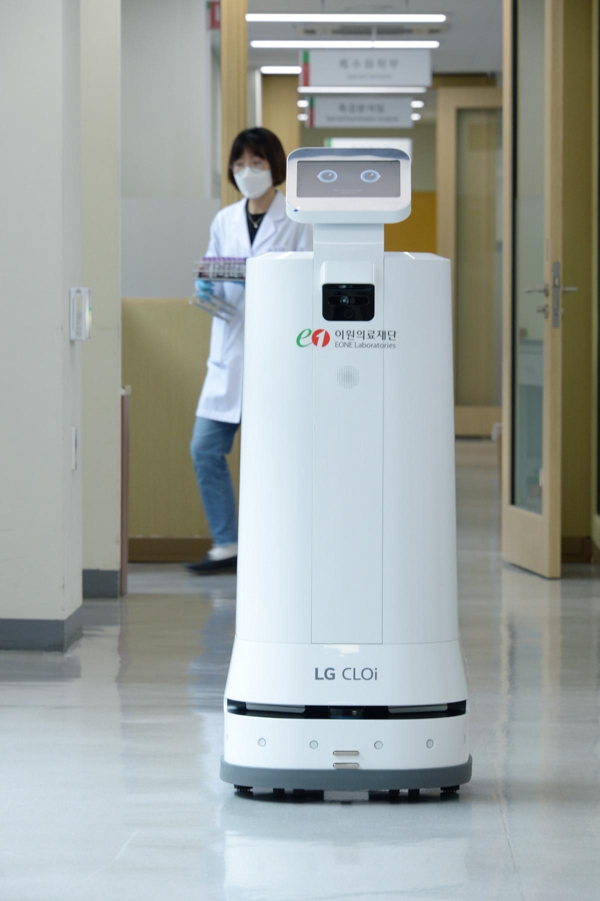 이원의료재단에 있는 LG 클로이 서브봇이 검체를 나르고 있다.