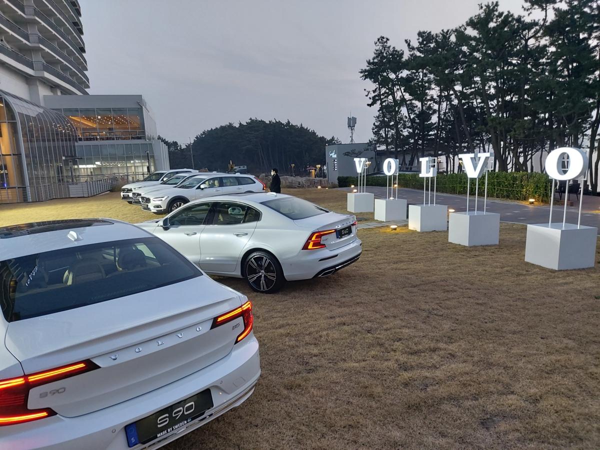볼보코리아 측은 최근 전 모델을 하이브리드 차량으로 생산한다고 밝혔다. 이 차량들의 후면부에는 B 배지가 부착된다.