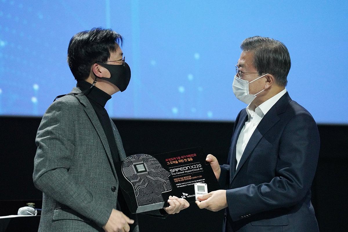 문 대통령이 25일 오후 일산 킨텍스에서 열린 `한국판뉴딜, 대한민국 인공지능을 만나다` 행사에서 AI 반도체 선물을 받았다. (청와대 제공)