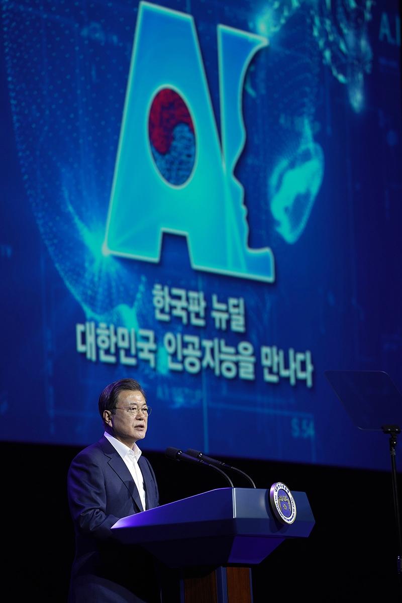 문 대통령이 25일 오후 일산 킨텍스에서 열린 `한국판뉴딜, 대한민국 인공지능을 만나다` 행사에서 인공지능 육성 의지를 밝혔다. (청와대 제공)
