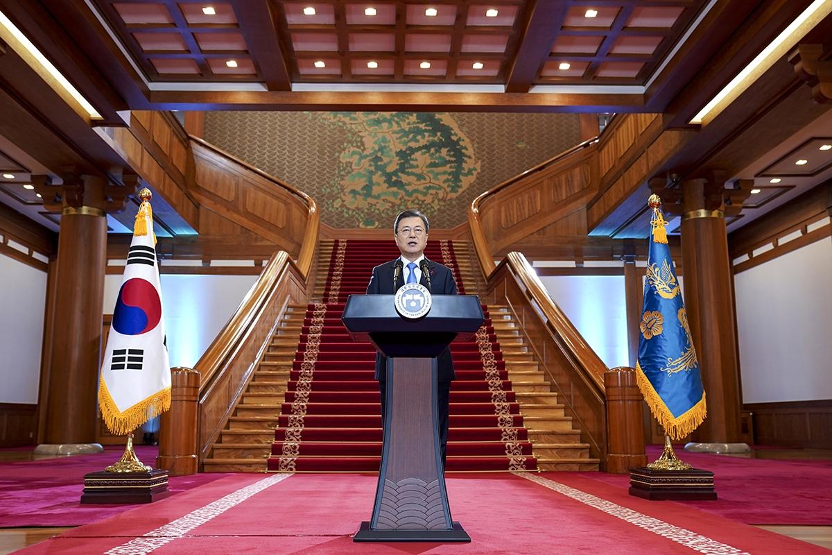 문 대통령이 11일 청와대 본관 로비에서 2021년 공식 신년사를 발표했다. (청와대 제공)