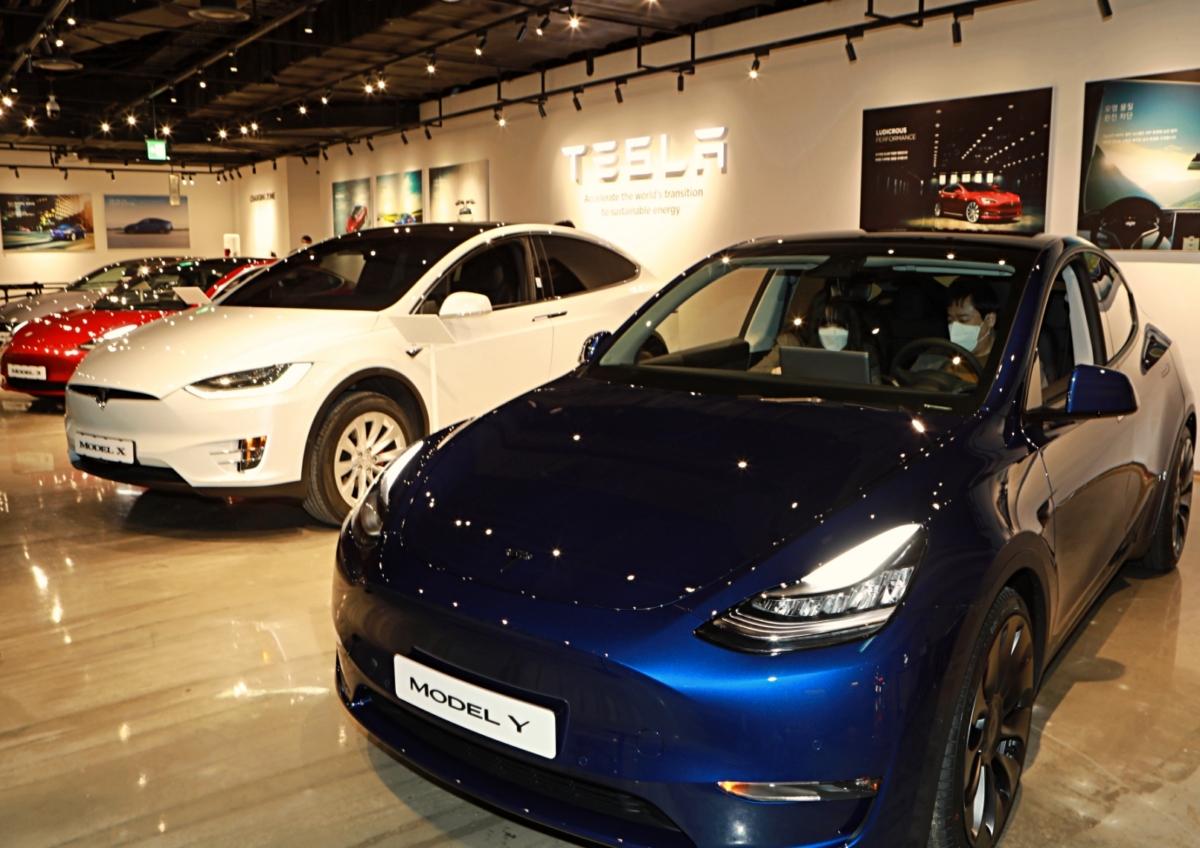 테슬라 모델 Y(앞쪽 파란색). 뒷쪽으로 테슬라 라인업 중 가장 큰 SUV인 모델X(가운데 하얀색)가 보인다. 두 차의 크기 차이는 거의 없었다. 사진제공: 롯데쇼핑