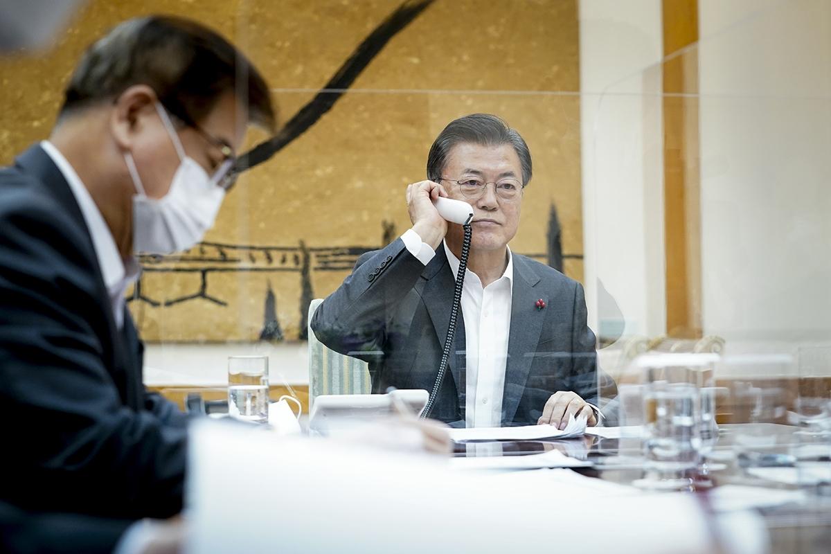 문 대통령은 26일 밤 9시부터 40분간 시진핑 중국 국가주석과 전화통화를 했다. (청와대 제공)