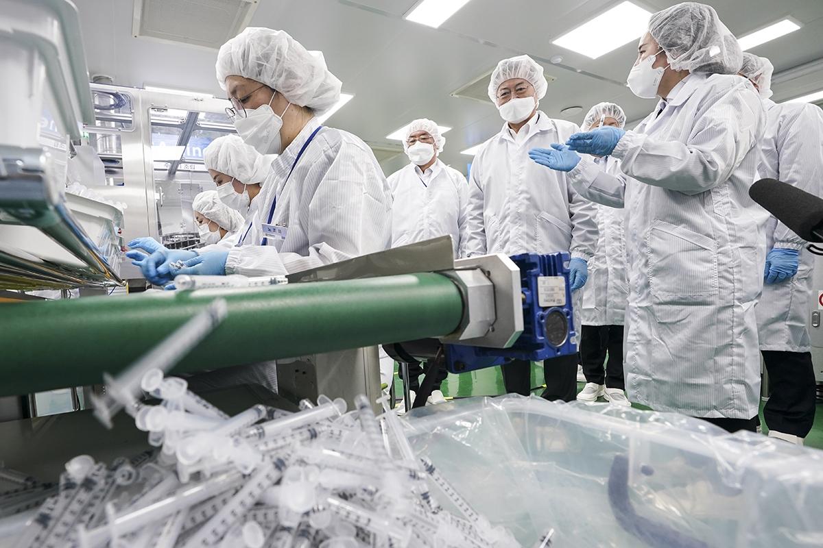 문 대통령은 18일 전북 군산시에 있는 풍림파마텍을 방문해 `최소잔여형 백신주사기` 생산기업들을 격려했다. (청와대 제공)