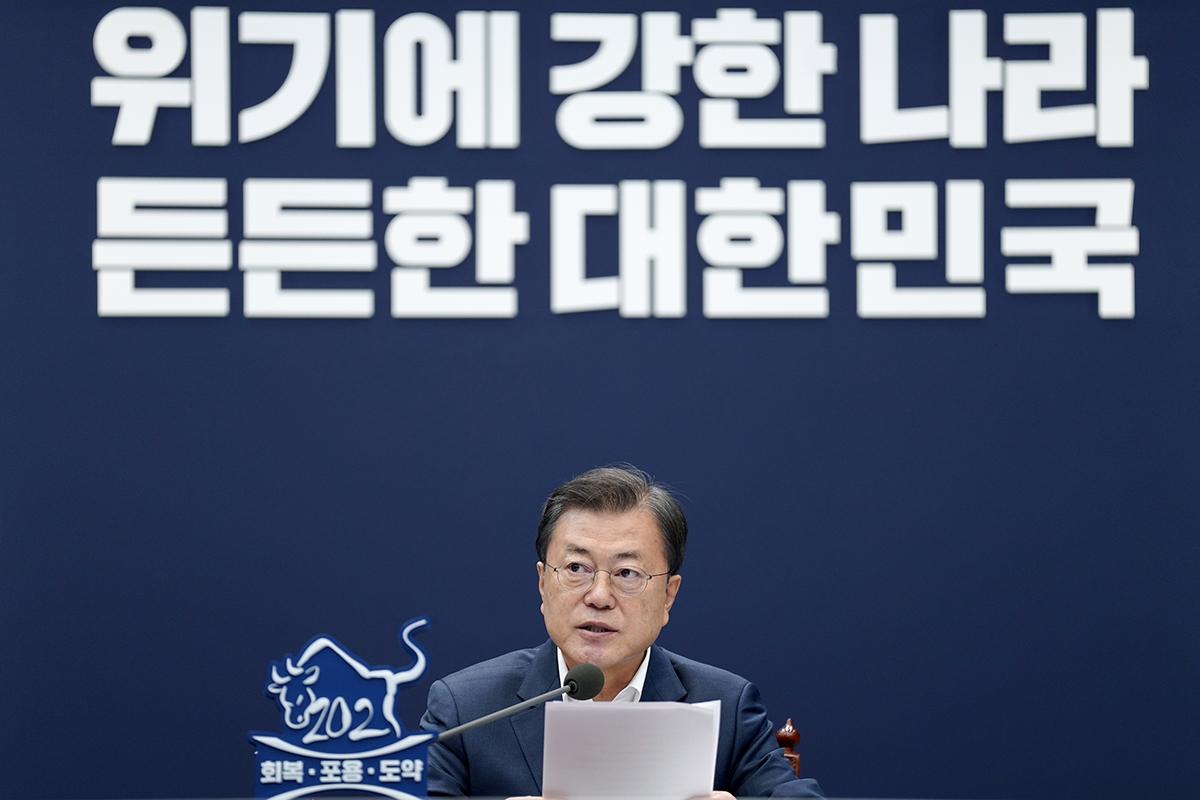 문 대통령이 8일 오후 청와대에서 법무부·행정안전부 업무보고를 받았다. (청와대 제공)
