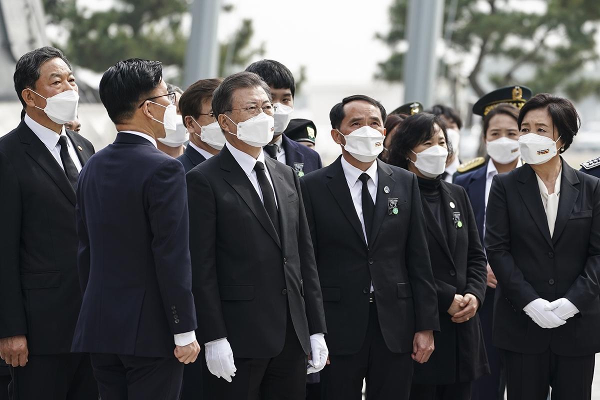문 대통령은 26일 오후 경기도 평택시 해군 2함대사령부에서 열린 `제6회 서해수호의날 기념식`에 참석한 뒤 천안함 피격 사건 유가족들을 위로했다. (청와대 제공)